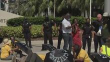 Manifestantes en Miami piden una vía a la ciudadanía y un alto a las deportaciones de haitianos