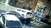 Dos policías rescatan a una mujer y su bebé atrapadas debajo de un auto en Nueva York