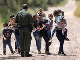 ACLU tilda de farsa la expulsión de migrantes en la frontera debido a la pandemia