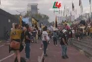 ¿Y la sana distancia? Fans de Pumas alientan con banderas afuera de CU
