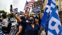 Seguidores de Joe Biden y Kamala Harris salen al downtown de Miami, en medio de la lluvia, a celebrar