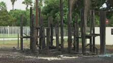 """""""Da tristeza e impresión"""": autoridades buscan al responsable de incendiar el parque de una escuela en Homestead"""