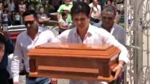 El desgarrador momento en que Ferdinando Valencia carga el ataúd de Dante a la iglesia antes de su entierro