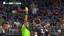 Tarjeta amarilla. El árbitro amonesta a Carlos Salcedo de Mexico