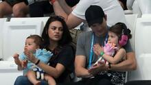 Mila Kunis y Ashton Kutcher aseguran que solo bañan a sus hijos cuando se ven sucios