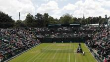 Djokovic gana en el inicio de Wimbledon; Tsitsipas queda fuera