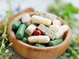 Combinar suplementos naturales y fármacos tiene riesgos: por qué siempre debes consultar al médico