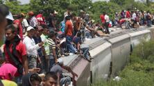 A bordo de 'La Bestia', el tren que lleva a integrantes de la caravana de migrantes a la frontera