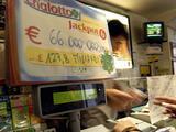 Un hombre es acusado de robarle un boleto de lotería ganador a una anciana