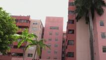 En dos horas y sin ayuda: la odisea que viven las familias desalojadas de un edificio de Miami al sacar sus pertenencias