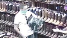 Señalan a hombre de robar varios jeans de una tienda en Houston