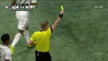 Tarjeta amarilla. El árbitro amonesta a Chris McCann de Atlanta United FC