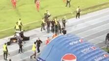 Osorio, extécnico del Tri, tuvo que salir escoltado de estadio en Colombia