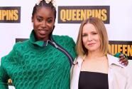 Retamos a Kristen Bell y Kirby Howell-Baptiste a un juego de 'verdad o mentira' inspirado en la cinta 'Queenpins'