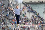Increíble hazaña: equilibrista francés cruza el Río Sena sobre una cuerda a más de 200 pies de altura