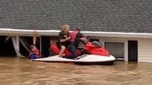 Atrapada en el techo: rescatan a su madre con moto acuática tras inundación repentina en Tennessee