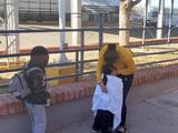 Una madre se reencuentra con su niña luego de cruzar sola la frontera por Arizona