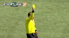 Tarjeta amarilla. El árbitro amonesta a Kim Kee-hee de Seattle Sounders FC