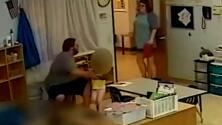 Despiden a un maestro tras ser grabado empujando a una niña de 4 años al suelo