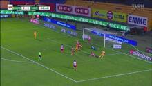 ¡Era gol de Tigres! Mario de Luna salva a Necaxa del gol