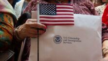 """""""Emocionado de ser parte de este gran país"""", más de 30 inmigrantes en Chicago se convierten en ciudadanos de EEUU"""