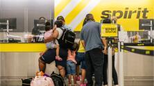 """""""Esto es un abuso"""": la pesadilla que viven viajeros en diferentes aeropuertos de EEUU por la cancelación de sus vuelos"""