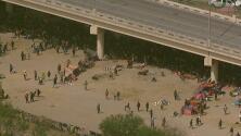 En un minuto: Miles de migrantes hacinados bajo un puente abren disputa entre Texas y el gobierno federal