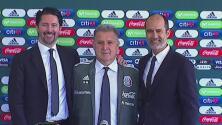 Visiblemente emocionado, Gerardo Martino se puso por primera vez la chamarra del Tri