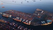 Mercancía acumulada y escasez de conductores: preocupación por colapso en los puertos de Los Ángeles y Long Beach