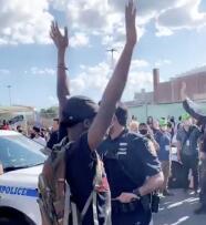 Denuncia: policía de Nueva York quita la máscara a un joven y lo rocía con gas pimienta durante protestas