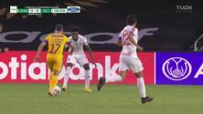 Zapatazo violento de Leo Fernández buscando el 1-0 que Menjívar rechaza