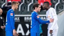 ¡Indignante! Marcus Thuram lanza escupitajo a rival en la Bundesliga