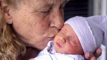 """""""La voz en mi sueño me llamaba 'mami'"""": A sus 57 años, esta mujer que perdió a su hija por un tumor cerebral volvió a ser madre"""