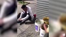 ¡Enorme gesto! Brian Sarmiento le regaló sus zapatos a un joven en la calle