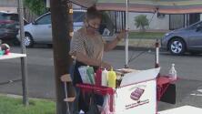 Ataques, robos y multas recurrentes: vendedores ambulantes en Los Ángeles exigen garantías para trabajar en las calles