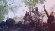 """""""Un día vergonzoso para este país"""": Talibanes celebran por la salida de tropas estadounidenses y toman represalias contra los que no pudieron salir de Afganistán"""
