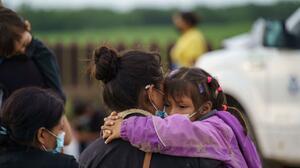 """Gobierno aplicará """"expulsión acelerada"""" a algunas familias de migrantes que cruzan ilegalmente la frontera"""