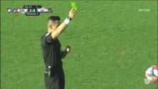 Tarjeta amarilla. El árbitro amonesta a Jonathan dos Santos de LA Galaxy