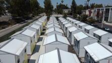 Espacios pequeños que cambian vidas: así es la villa que acoge a desamparados en Los Ángeles