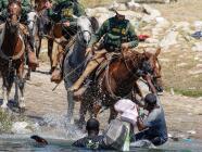"""""""No es justo"""": migrantes reaccionan a los agentes fronterizos en caballo agrediendo haitianos en la frontera"""