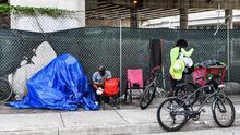 ¿Por qué levanta polémica la propuesta que busca eliminar los campamentos de desamparados en áreas públicas de Miami?