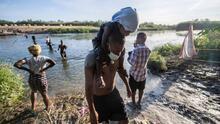 EEUU libera a algunos haitianos mientras deporta a otros con siete vuelos por día