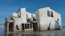 Casa que había sido tragada por el mar provoca la curiosidad de quienes se atreven a visitarla