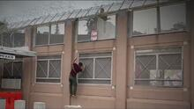 En video: Amarrados con cuerdas, así es como coyotes en Arizona pasan a inmigrantes a través del muro fronterizo