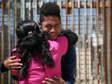 Reabren parque donde se reúnen familias migrantes a través del muro fronterizo