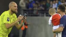 En plena cancha, portero del Reims le pidió una foto a Messi con su bebé