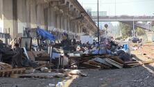 Oakland desmantela un campamento de indigentes ubicado bajo las vías del BART