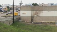 """""""Deberían arreglar eso"""": residente de Dallas sobre estado de puente desde el que cayó camioneta matando a tres jóvenes"""