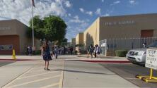 """""""No espero que volvamos a las clases en línea"""": superintendente visita escuela durante el regreso a las aulas"""