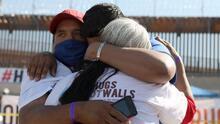 Familias migrantes separadas por la frontera se reúnen con sus seres queridos durante unos minutos